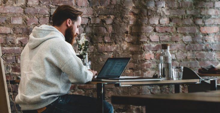 """Przeglądarka Opera oferuje pracę marzeń – firma poszukuje ,,surfera internetu""""<"""
