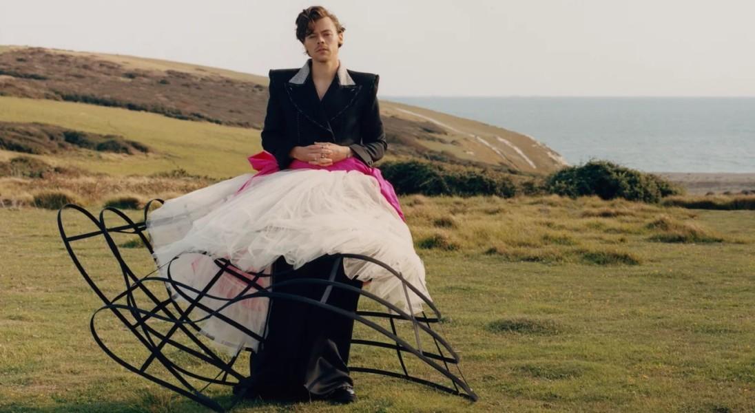 Harry Styles w sukience na okładce Vogue'a – jest pierwszym mężczyzną, który solo pojawił się na coverze tego czasopisma