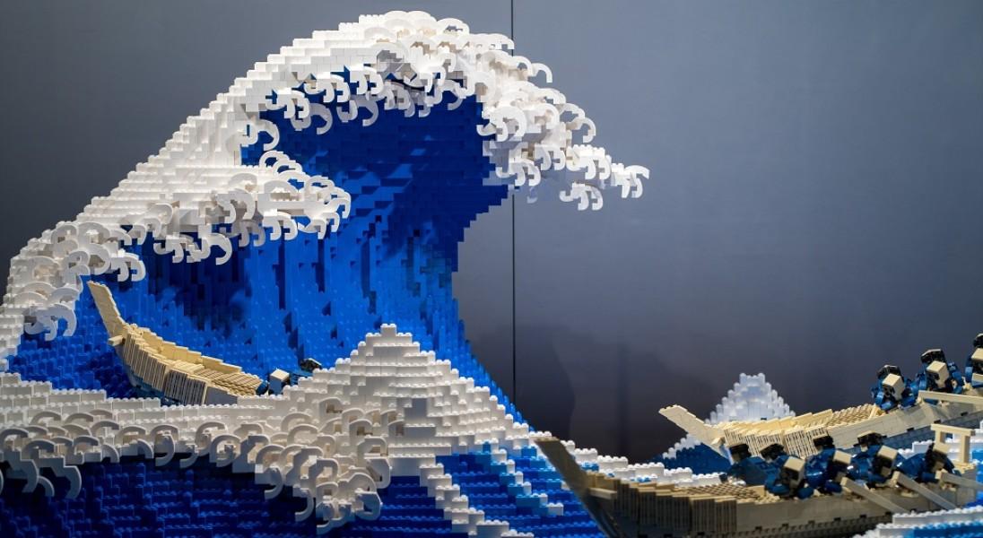 """Tak wygląda ,,Wielka fala w Kanagawie"""" zbudowana z LEGO – do stworzenia projektu wykorzystano 50 tys. klocków"""