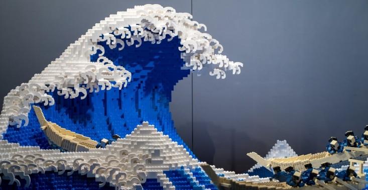 """Tak wygląda ,,Wielka fala w Kanagawie"""" zbudowana z LEGO – do stworzenia projektu wykorzystano 50 tys. klocków<"""