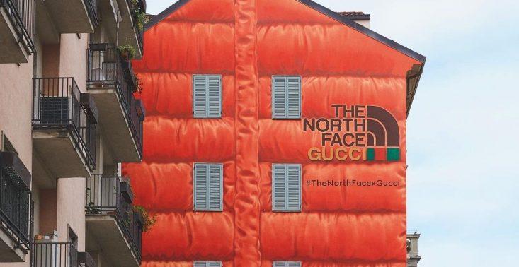 """Gucci promuje nową kolekcję z The North Face ,,puchatym"""" muralem na mediolańskiej kamienicy<"""