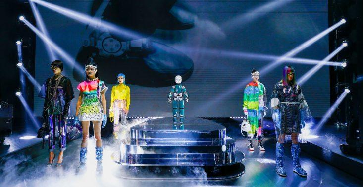 Roboty jako modelki na pokazie Dolce&Gabbana<