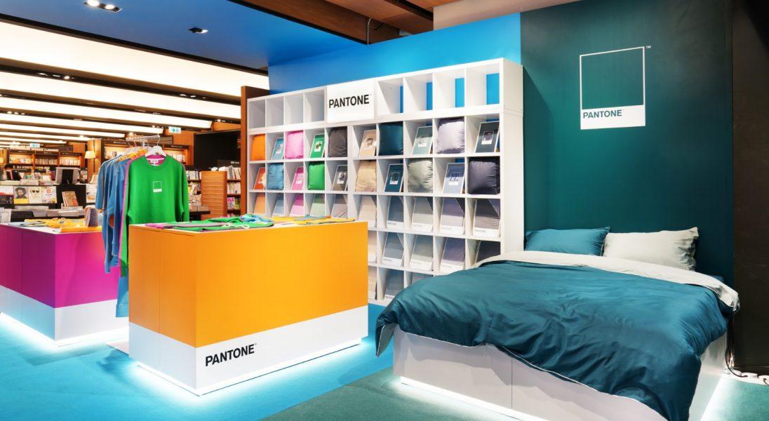 Pantone otwiera swój pierwszy sklep stacjonarny – znajdziemy tam książki, t-shirty oraz pościel