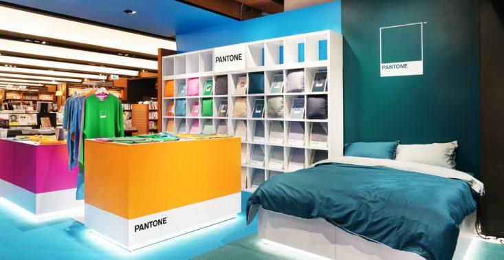 Pantone otwiera swój pierwszy sklep stacjonarny – znajdziemy tam książki, t-shirty oraz pościel<